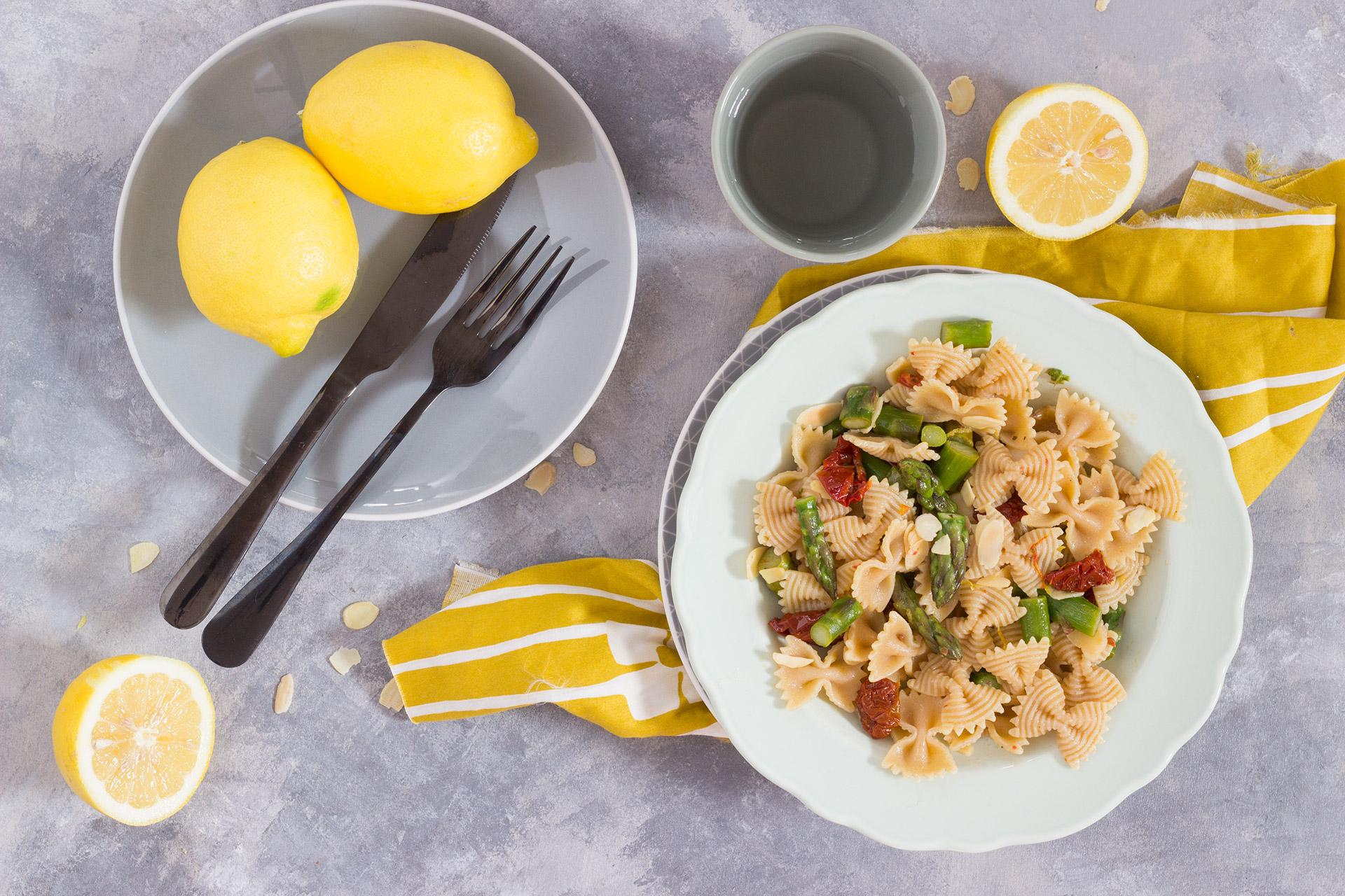 Pasta con asparagi pomodorini e limone