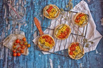 sfogliatine con carciofi mais e pomodorini