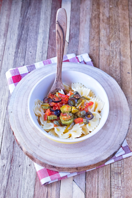 pasta con sugo di verdure capperi e olive