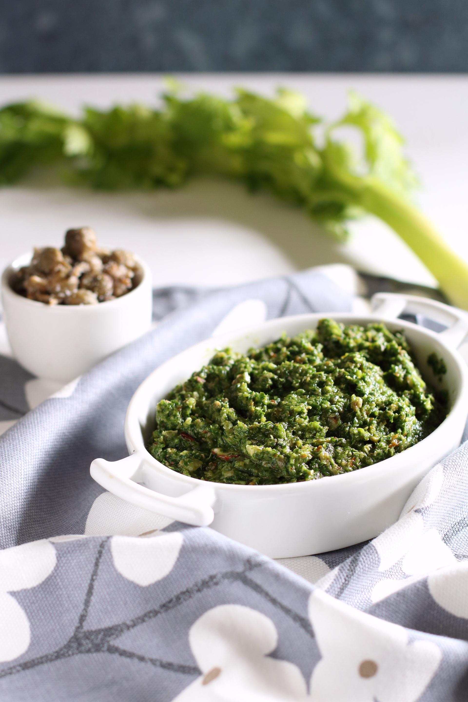 salsa con foglie di sedano,